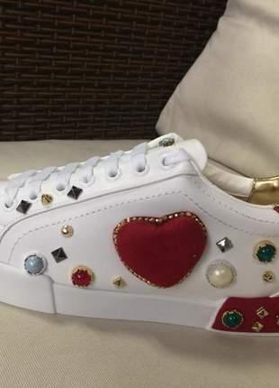 Tênis sneaker branco em napa com aplicações e pedrarias fashion.