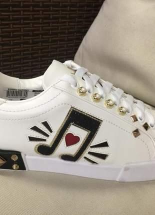 Tênis sneaker música branco em napa com aplicações,  pedrarias fashion, spikes color.