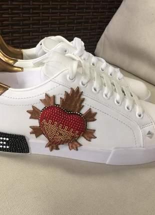 Tênis sneaker love  branco em napa com aplicações,  pedrarias fashion, spikes color.