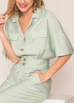 Blusa social, manga curta com botões e barra de elástico.