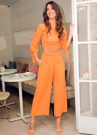 Calça pantalona pantacourt, com faixa cinto removível para amarração.